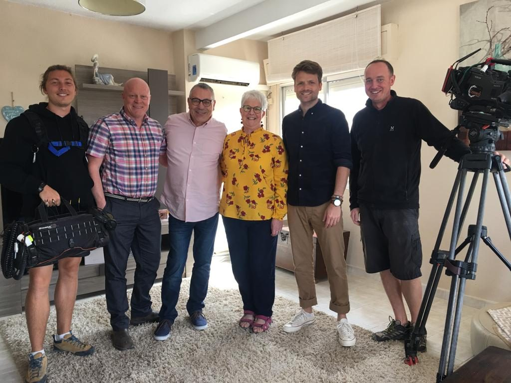 Simon with the production team, Ben and the property hunters.