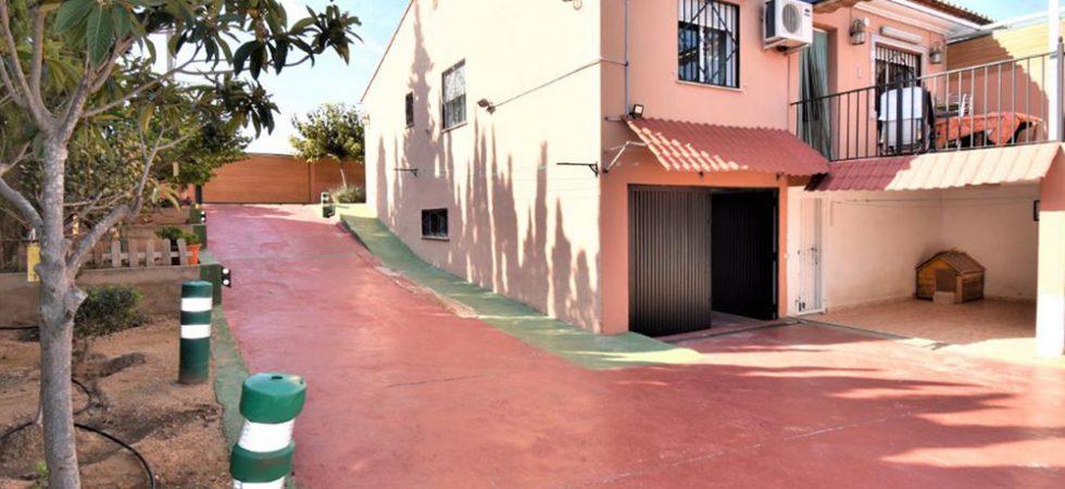 Garage - 52m² • Storeroom (ideal for reform)Carport • Additional storeroom - 8m² (not shown)